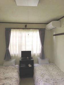 白を基調とした明るい部屋