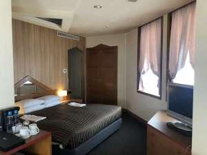 32平米コーナーダブルルームです。幅180cmのベッドでゆっくりお休み頂けます。