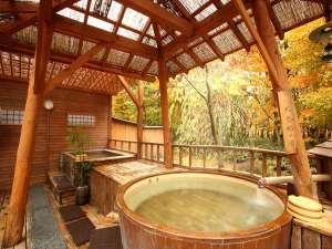 秋の露天風呂開放的な温泉でごゆっくりお入り頂けます
