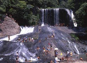 滝を使った天然のウォータースライダーを楽しめます。