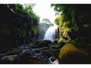 久住にある隠れスポット 雨牛の滝マイナスイオンで涼を感じて頂けます。