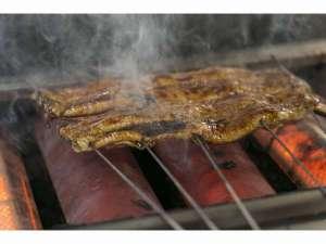 鰻を焼いている所のお写真です。