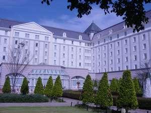 ホテル中庭は秋の花たちに囲まれ、秋の訪れを感じられる。