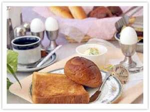 ささやかですが朝食サービス。パン・コーヒー・サラダ・ゆで卵・セルフサービス!6:30 ~ 8:30
