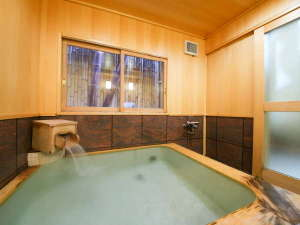 人気の貸切風呂にはシャワー台を3台設置。ご家族で気兼ねなく疲れを癒せます。利用料無料、予約制。
