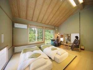 離れ棟客室:R105槐。天井が高く目前には白樺の森。高さ20センチのロー和ベッドを予めご用意。