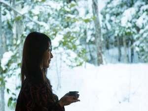 離れ客室でのひととき。目の前の森に癒され自然との調和を感じる。