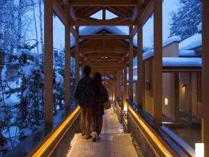 離れ客室を繋ぐ神秘的な雰囲気を醸し出す回廊。
