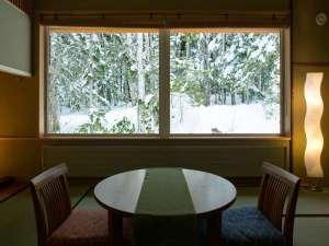 離れ露天風呂付客室(例)和の情緒に満たされた客室。目の前には自然林が広がります。