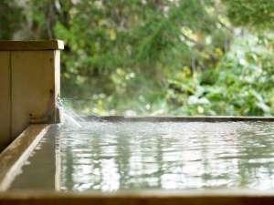 客室露天風呂ももちろん源泉かけ流しで・・・。