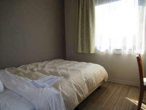 【新館デラックスシングルルーム】ベッド幅は広々140cm幅♪