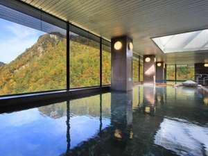 【展望大浴場 黒岳】秋は紅葉を眺めながら入浴できます