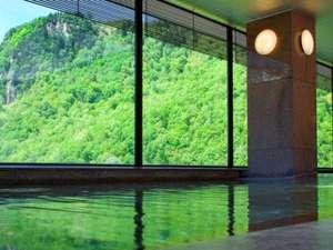 【展望大浴場 黒岳】夏には新緑の山々が眼前に広がります