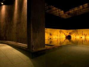【癒しの湯 桂月】間接照明の織りなす落ち着いた雰囲気の大浴場