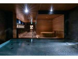素材のぬくもりを感じる大浴場