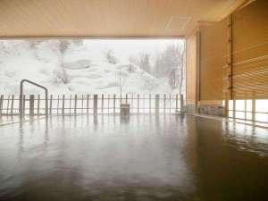 【女性露天風呂】風情ある雪見露天。冬の寒さに体の芯まで温まる湯浴みは格別です