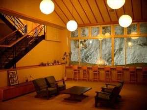 【休憩処】外は雪景色でも暖かみを感じるスペース。お部屋に戻る前にご休憩をどうぞ