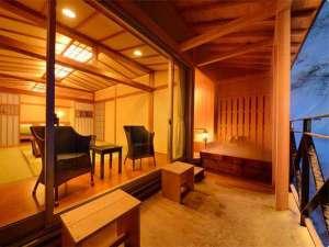 【客室一例】特別室…冬の雪景色に客室のやわらかな明るさが映え、いっそうあたたかみを感じさせます