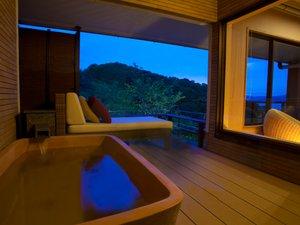 月見台で過ごす露天風呂付客室の夜景バージョン