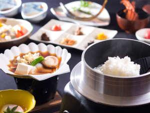 さんま醤油鍋、梅干しなど昔製法の一品はワンランク上の旨み!釜で炊いたホカホカご飯と一緒に召し上がれ。