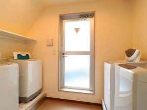 《洗濯室》 全4台の洗濯機有ります