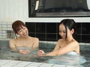 ゆったりとした浴槽でビジネスの疲れを癒してください。50型テレビ埋込!男女入替制無料大浴場!