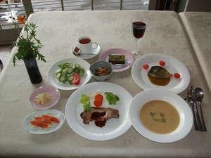 夕食の一例。洋風コース料理に自慢の小鉢料理をプラスして…エビス生ビール、ワインもご一緒にどうぞ。
