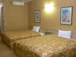 広さは25㎡。クイーンサイズのベッドが2台。