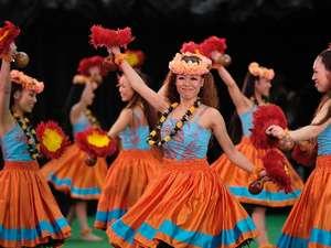 情熱的なフラ&ポリネシアンショーは昼と夜、毎日2回公演。