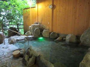 静寂な中の露天風呂でゆったりお過ごしくださいませ。