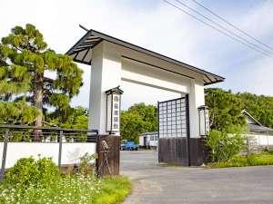 四季折々の美しい森に囲まれて白壁蔵造りの姿で立つ長者屋敷。背の高い大きな門がシンボルになっています