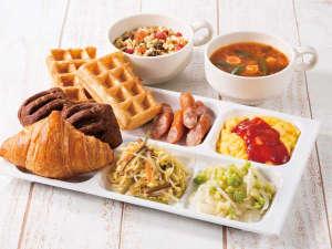 種類豊富なパンやあたたかいスープ、新鮮な野菜たっぷりのサラダなど、多彩なメニューをご用意しました。