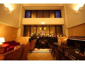 ロビー開放的な吹き抜けと白を基調としたクラシカルな空間です。ふかふかのソファーでお寛ぎ下さい。
