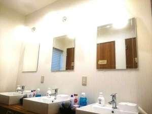 共用の洗面スペースになります。化粧水、洗顔、コットン、綿棒、マウスウォッシュなどアメニティ充実!