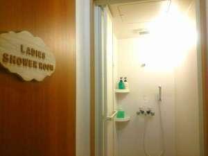 シャワールーム★写真は女性専用のシャワールームです。24時間ご利用可。シャンプーリンスは資生堂を使用♪