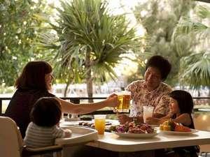 海を眺めながらテラス席で食べるBBQは格別!ご家族やご友人同士でごゆっくりお楽しみください。