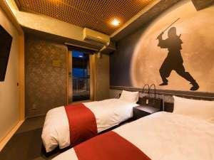 忍者をモチーフにした当館に1部屋だけの和洋室「忍び部屋」