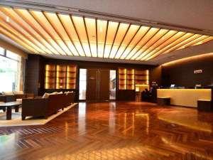 ■Front Lobby■リゾート感あふれるロビーソファ。開放感たっぷりのロビーにぴったり。