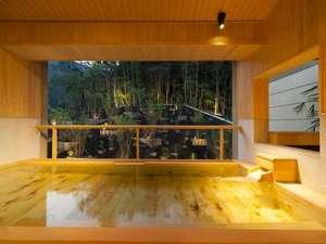【大浴場 社の湯】檜の香りが漂う大浴場は、森の緑とは対照的な温かみのあるつくりとなっています
