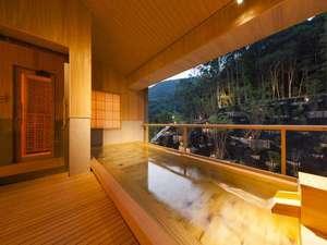 【大浴場 杜の湯】檜の香りが漂う大浴場は、森の緑とは対照的な温かみのあるつくりとなっています