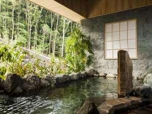 【大浴場 森の湯】緑が映える石造りの大浴場。外の自然との一体感の中で温泉をお楽しみいただけます