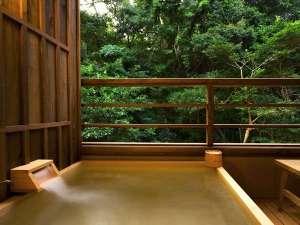【客室露天風呂】趣の異なる8タイプ。湯舟に浸かって眺められる神宮の杜に癒されて…。