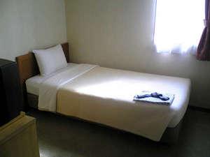 シングルルーム。全室インターネット利用可能(無線LAN)。ごゆっくりお寛ぎください。