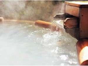 総檜造りの露天風呂『鳥の声』では湯の花浮かぶ乳白色の硫黄泉をお楽しみいただけます