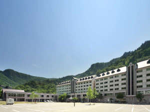 雄大な山々に囲まれ、開放感あふれる山岳リゾートホテル