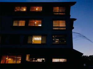 *【外観】月山の自然に囲まれた全20室の宿