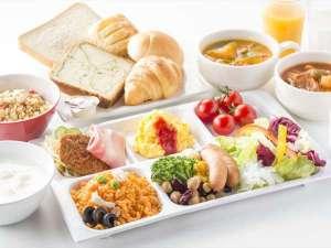 具だくさんのこだわりスープや種類豊富なサラダバーをご用意。