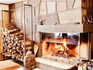 ・薪が燃える音も聞こえる暖炉