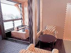 露天風呂付き和室でゆっくりとおくつろぎ下さい。お風呂のタイプは和風・洋風の2種類があります。