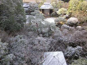 雪化粧の庭園。四国は温暖な気候ですが、雪が降ることも。